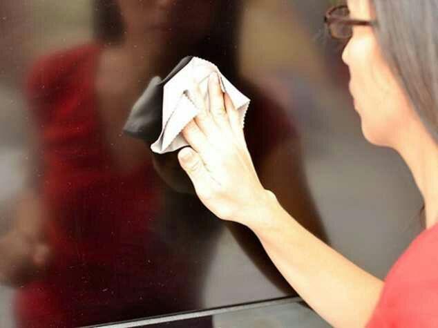 Lau nhẹ nhàng màn hình tivi Samsung.
