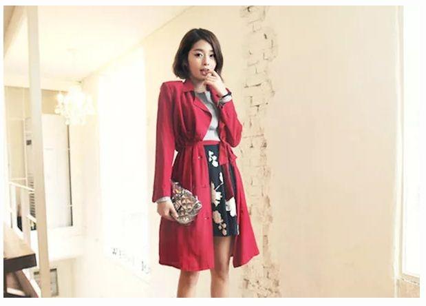 Nhẹ nhàng và nổi bật với chân váy xòe in họa tiết hoa cùng trench coat đỏ ấm áp
