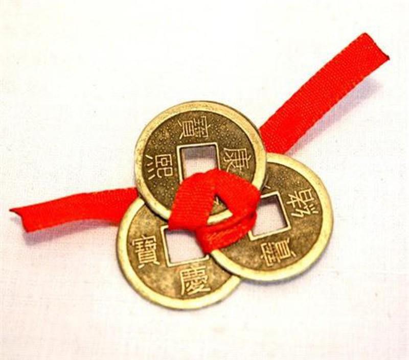 Xâu tiền xu và treo lên cũng là cách được nhiều chuyên gia phong thủy khuyến khích.