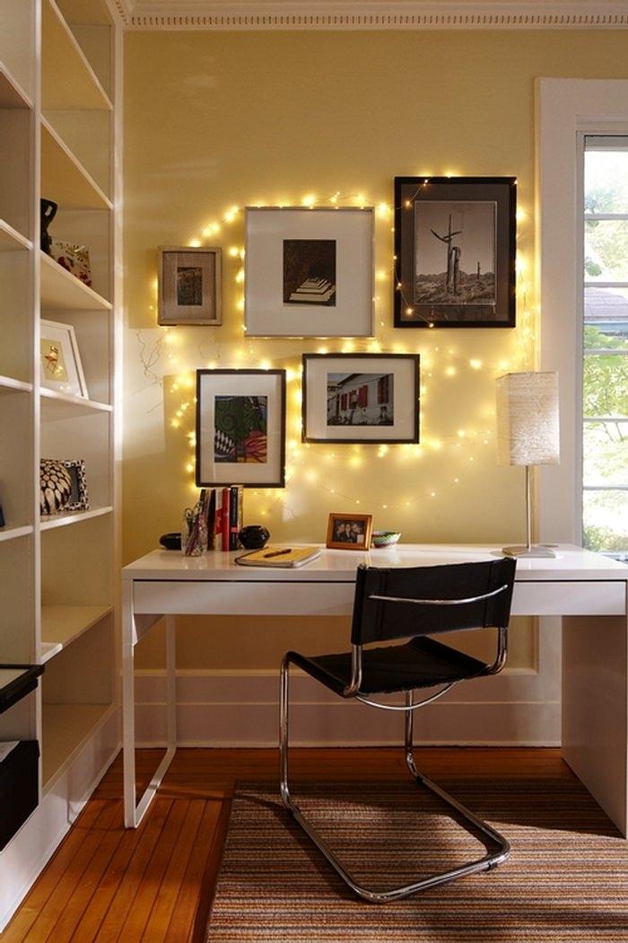 Những dây đèn nhỏ lấp lánh làm cho nơi làm việc trở nên đầy màu sắc.