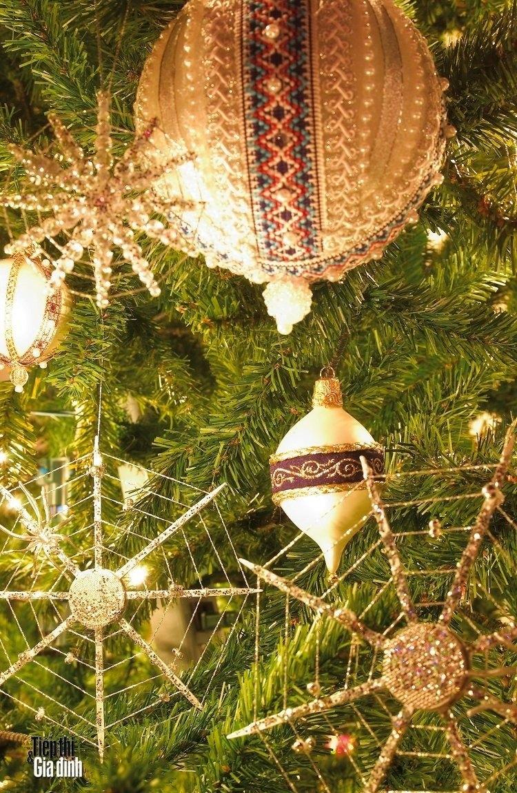 Treo mạng nhện lên cây thông Noel