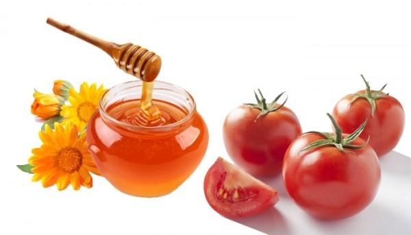 Sự kêt hợp giữa cà chua và mật ong giúp hạn chế mụn trứng cá và sẹo vô cùng hiệu quả.