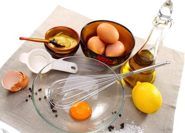 Trị rụng tóc bằng dầu Oliu và mật ong, lòng đỏ trứng gà cùng nước cốt chanh