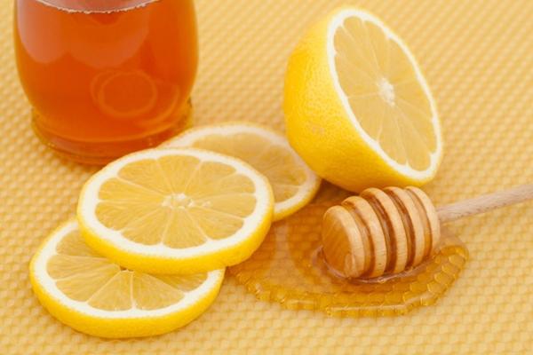 Mật ong và chanh là hỗn hợp rất tốt để trị thâm môi