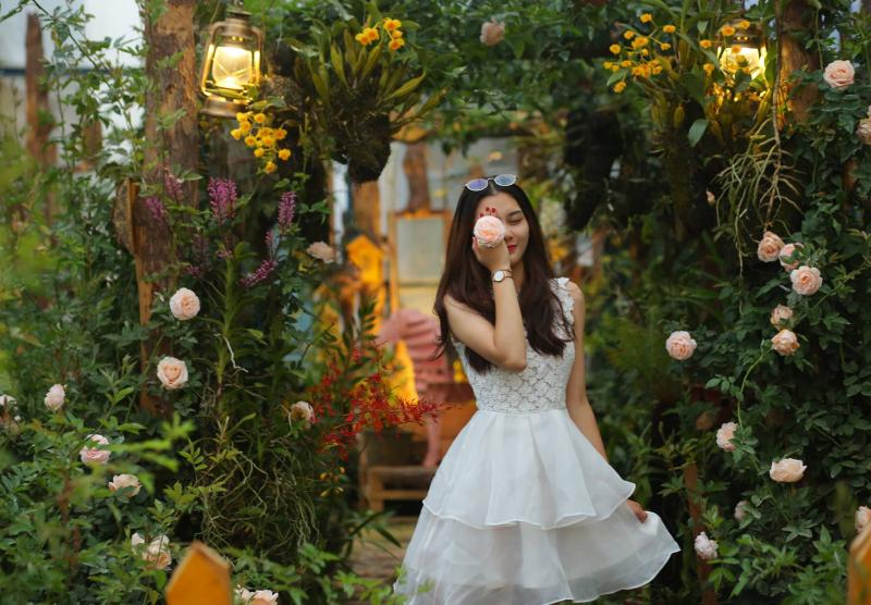 Như tên gọi của tiệm, Triệu Đóa Hồng là một khu vườn toàn hoa hồng đua nhau khoe sắc