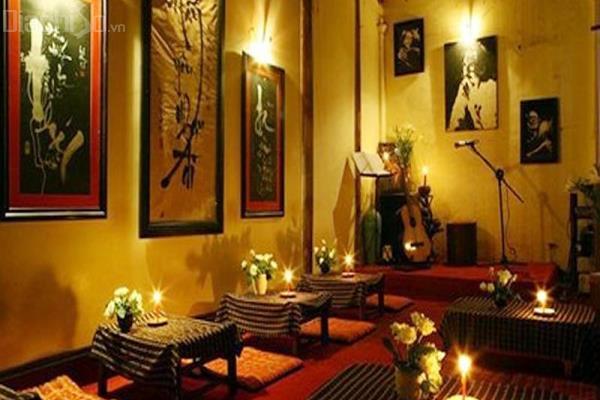 Tại quán có biểu diễn nhạc sống và guitar, tạo được sự thu hút với giới trẻ và những bạn yêu thích không gian nhạc Trịnh.