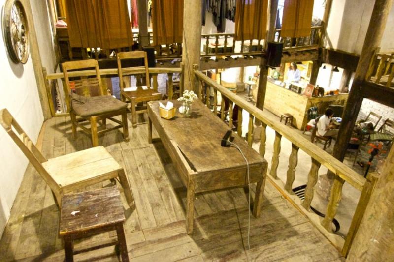 Bàn ghế gỗ mộc mạc, chum sành, thảm cói, lọ hoa, đèn lồng, giản dị mang đến cho bạn cảm giác thân thiện, nhẹ nhàng mỗi khi tới quán.