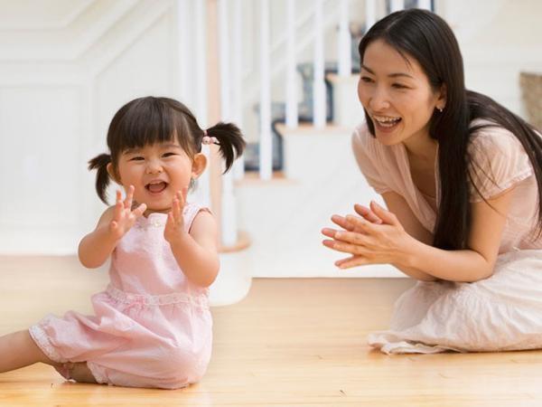 Cha mẹ hãy bắt chước và giúp con tương tác.