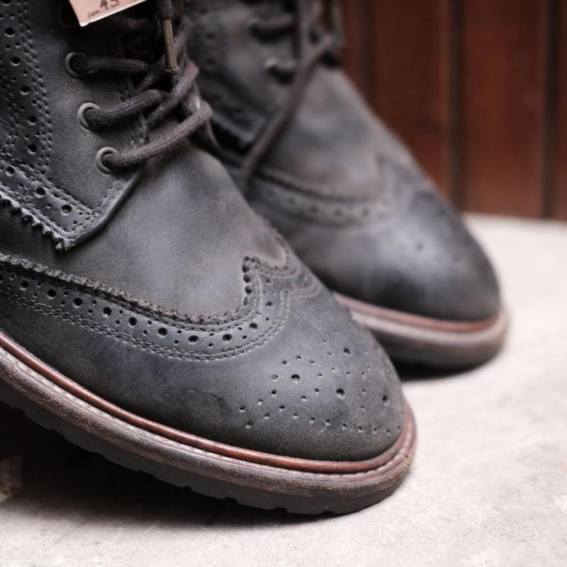 Một mẫu giày tại Trùm giày 2hand Janus