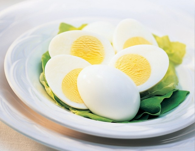 Sử dụng trứng luộc như một bữa ăn dặm nhẹ trước khi đi ngủ để bổ sung protein.
