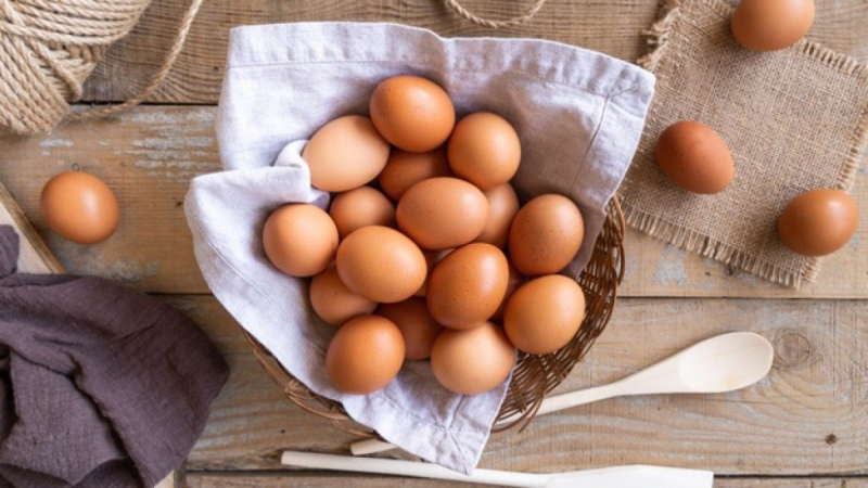 Chất colin có trong lòng đỏ trứng gà có vai trò quan trọng trong việc sản xuất các chất dẫn truyền thần kinh trong não giúp điều chỉnh tâm trạng, hành vi và bộ nhớ của bạn tốt hơn