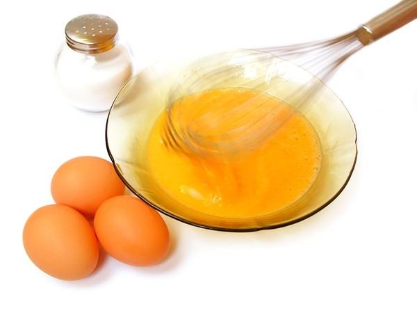 Nếu bạn luôn bị quấy nhiễu bởi những mảng gàu trắng đáng ghét thì hãy đập một quả trứng gà vào một chén sữa chua nhé.