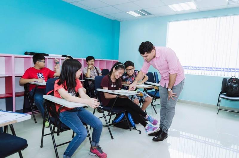 Giáo viên nước ngoài đang hướng dẫn cho học sinh