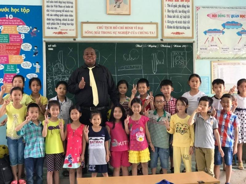 Thầy giáo và các bạn nhỏ tại trung tâm