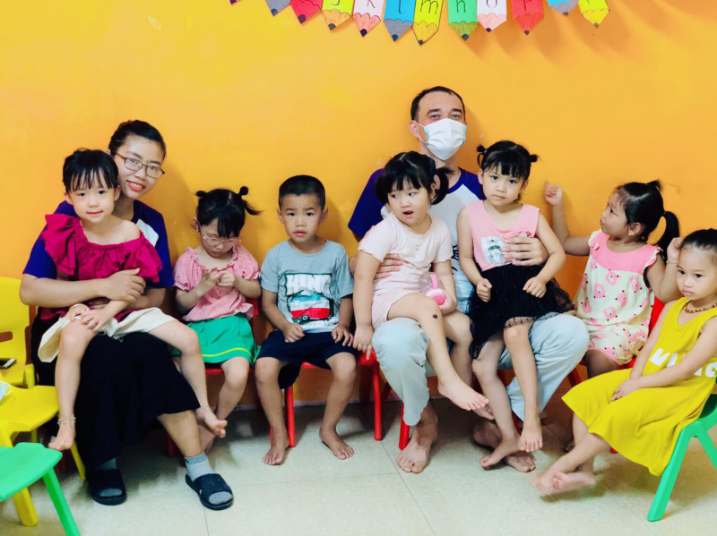 Các bé rất hào hứng và rất gần gũi với các thầy cô tại trung tâm Popodoo