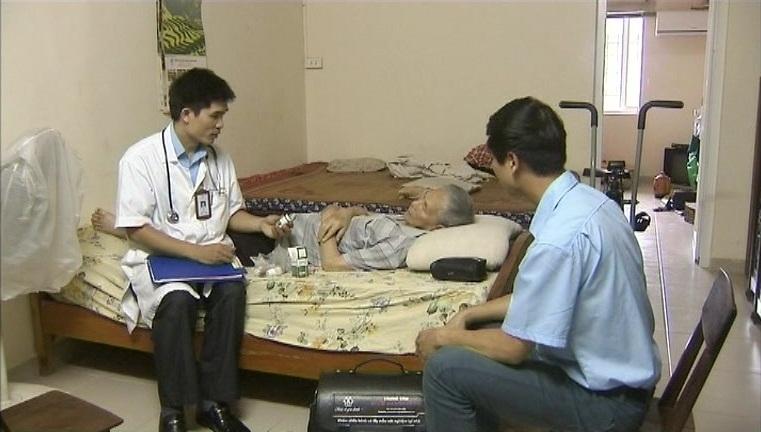 Nhân viên trung tâm thăm khám cho bệnh nhân