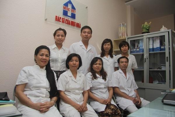 Đội ngũ bác sĩ và nhân viên của trung tâm MEDICVIET