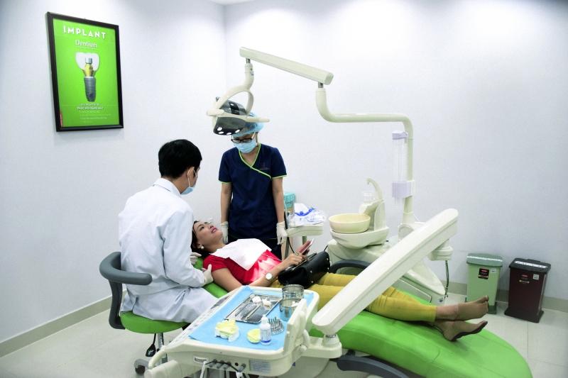 Khách hàng thực hiện trồng răng Implant tại JW