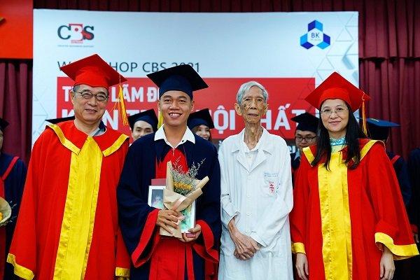 Ban Giám đốc CBS & Thầy Cổ Văn Hậu (thế hệ KTS đầu tiên của VN) trao chứng chỉ tốt nghiệp cho học viên hoàn thành khóa học