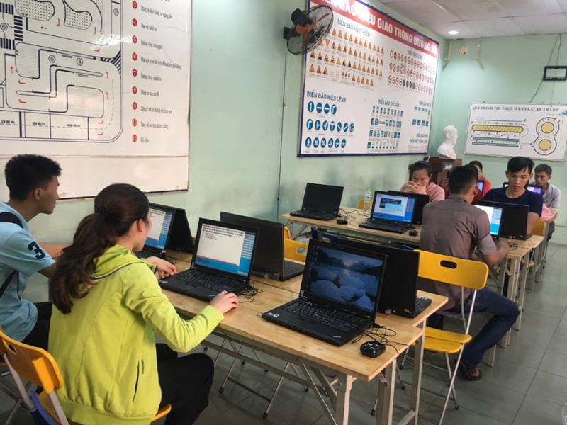 Học viên được hỗ trợ học tập lý thuyết trên máy tính