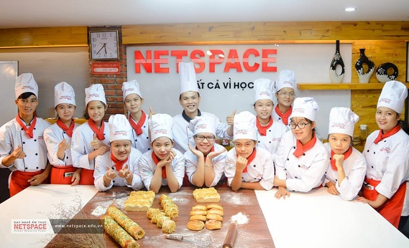 Học viên với một số sản phẩm bánh được học