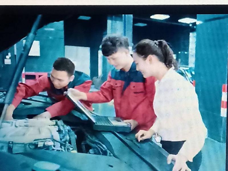 Các học viên thực hành sửa chữa ô tô