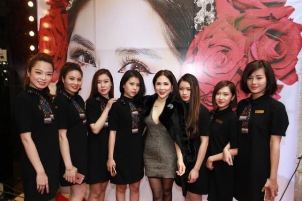 Chuyên gia make Tina Lê cùng các chuyên viên của trung tâm Tina Lê make up Academy