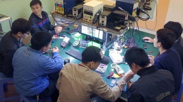Lớp học nghề sửa chữa điện thoại di động tại trung tâm dạy nghề Bách Khoa