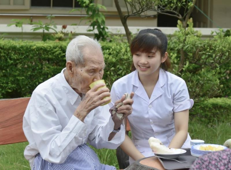 Dịch vụ chăm sóc người già tại nhà của TSS (ảnh minh họa)