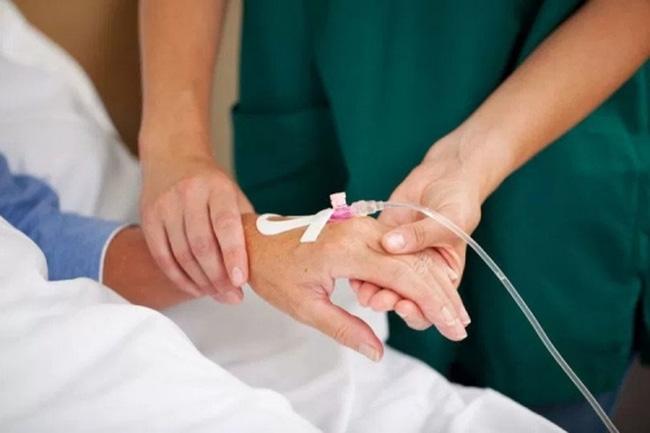 Cán bộ trung tâm truyền dịch cho bệnh nhân tại nhà