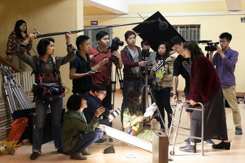 Học viên được học nhiều kỹ năng thực tế qua hệ thống những bài tập thực hành thiết thực, tạo cho học viên cơ hội rèn luyện những thao tác của việc làm đạo diễn truyền hình
