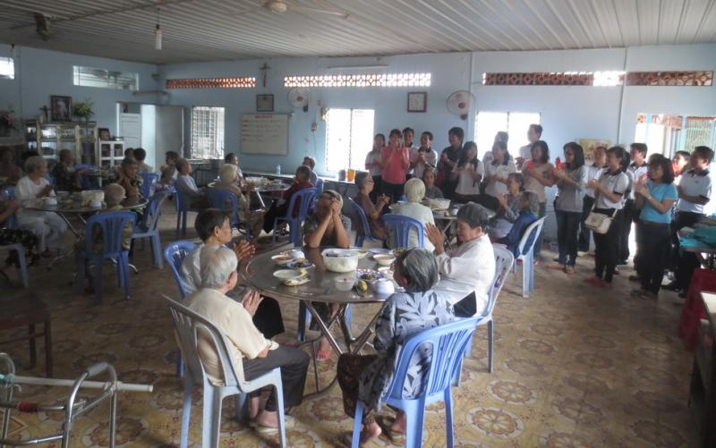 Bữa ăn trưa của các cụ ở trung tâm dưỡng lão Tình thương Vinh Sơn