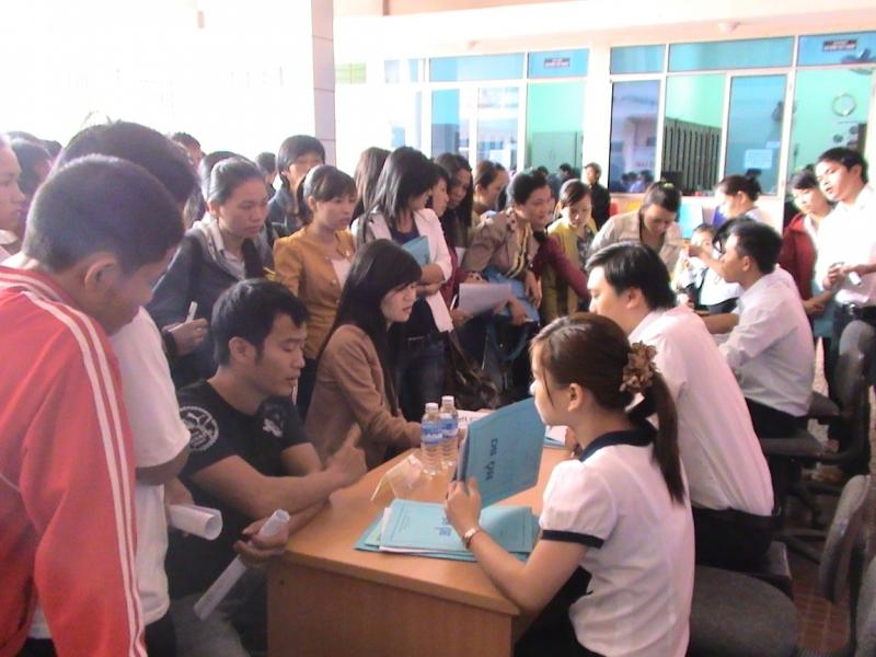 Ngày hội việc làm tại trung tâm được đông đảo thanh niên trẻ tham gia