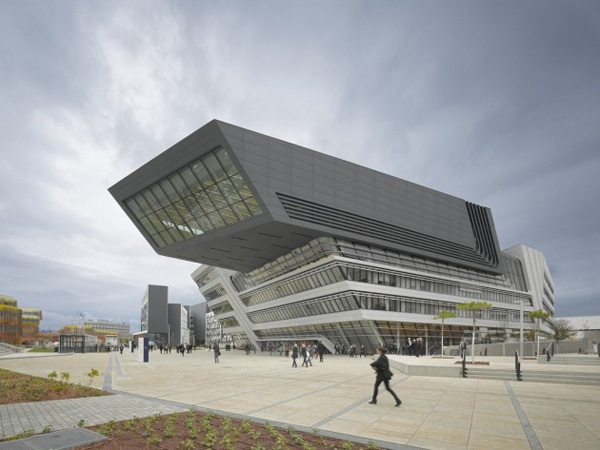 Thư viện gồm nhiều phòng khác nhau phục vụ sinh viên, cơ quan hành chính.