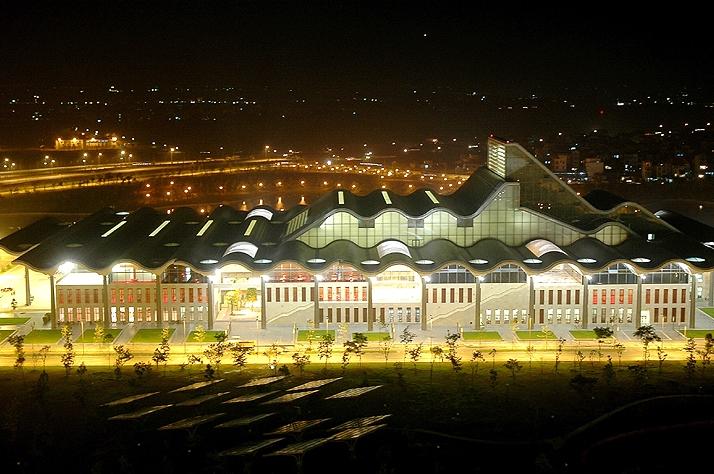 Trung tâm hội nghị Quốc gia rực rỡ ánh đèn
