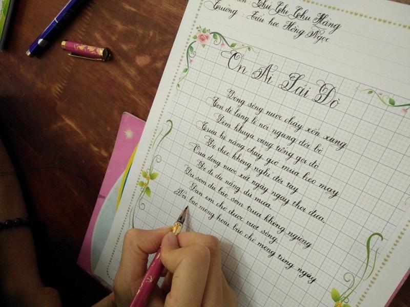 Đội ngũ giáo viên tại trung tâm được đào tạo bài bản, sử dụng bộ giáo trình luyện chữ soạn riêng cho từng học sinh