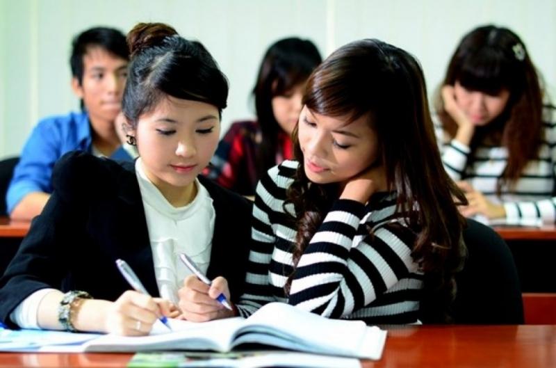 Hai học sinh đang làm bài tập