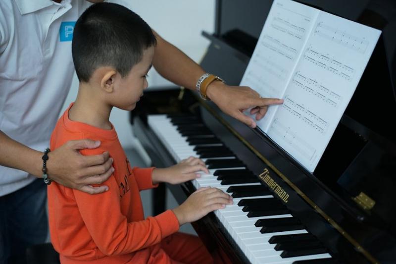 Thầy cô hướng dẫn các bé học piano