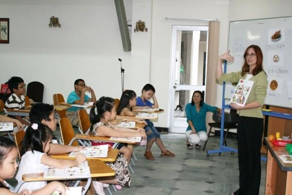 Giờ học Anh văn của các em thiếu nhi tại CEFALT