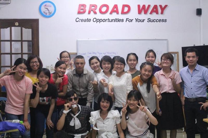 Các học viên sau giờ học tại trung tâm Ngoại ngữ quốc tế Broad Way