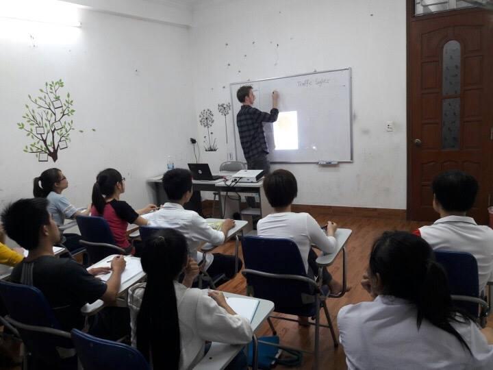 100% đội ngũ giáo viên bản ngữ, châu Âu với bằng cấp chuyên môn và nhiều năm kinh nghiệm giảng dạy