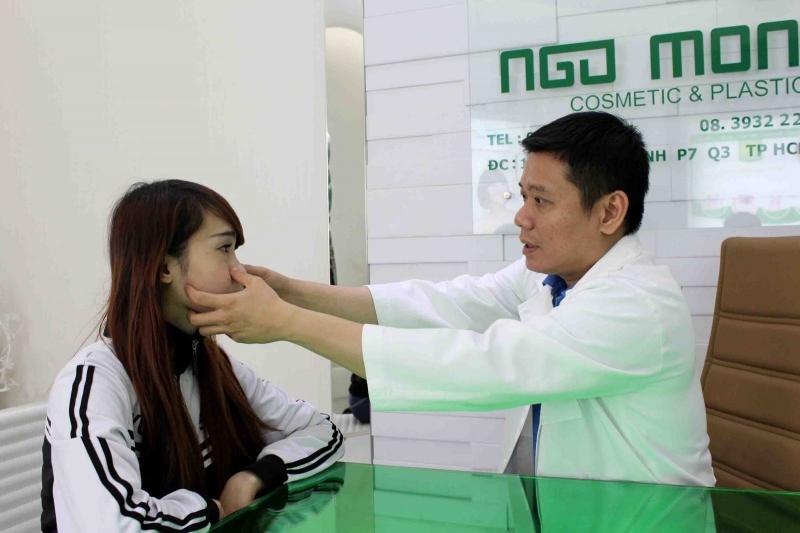 Bs Ngô Mộng Hùng, khám và tư vấn cho khách hàng