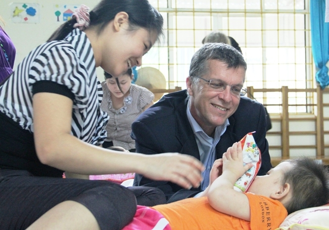 Đại sứ Úc tới thăm trung tâm