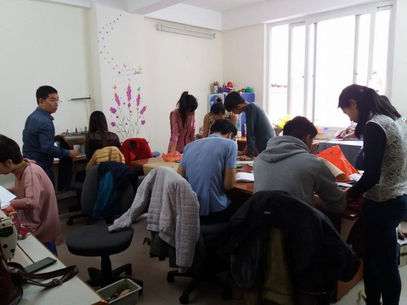 Nơi đây nhận đào tạo cho các học viên có nhu cầu học nghề may để tạo lập cuộc sống với chi phí thấp nhất tại Hà Nội
