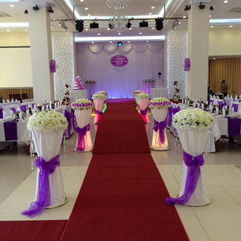 Thảm đỏ và hoa cho không gian tiến đến lễ đường của cặp đôi cô dâu chú rể
