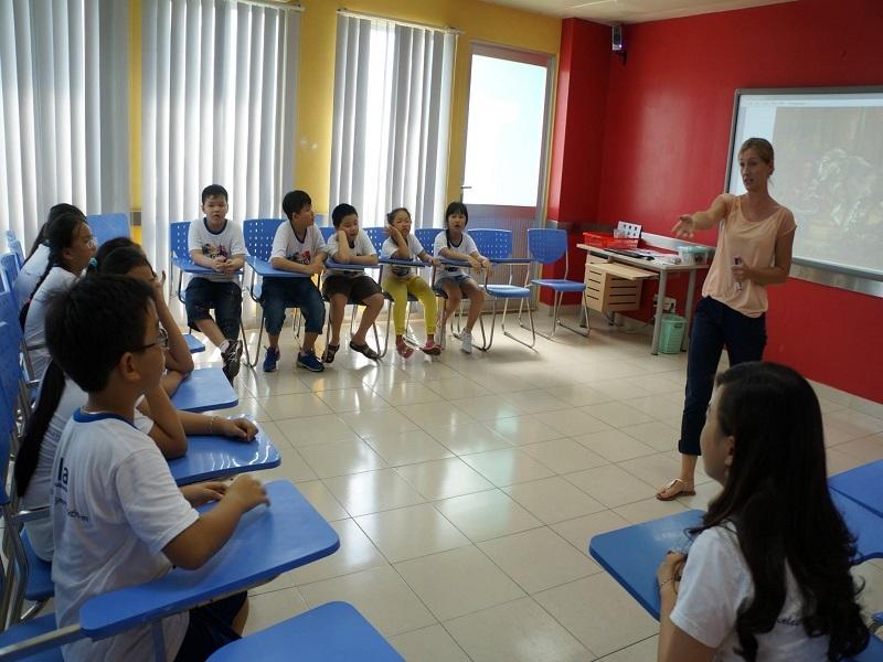 Các em học viên trong giờ học