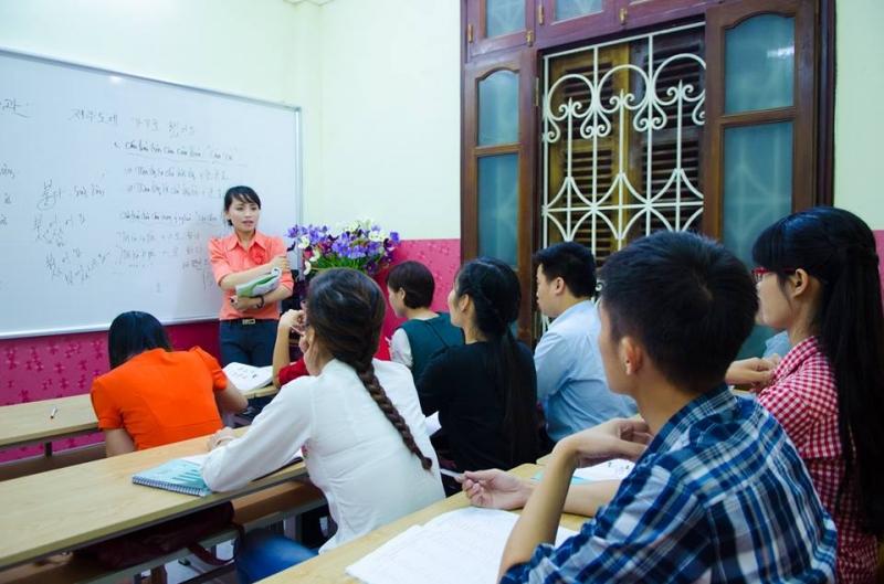 Các học viên và giảng viên trong lớp tiếng Hàn cho người mới bắt đầu tại trung tâm SOFL