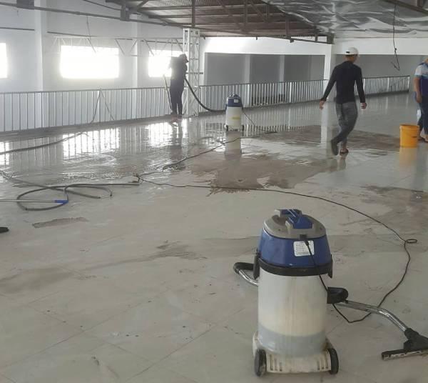 Nhân viên đang lau dọn nhà xưởng với những máy móc hiện đại
