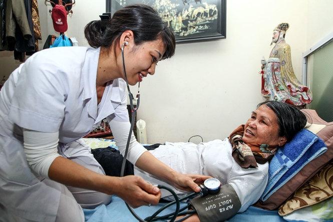 Bác sĩ của trung tâm thăm khám cho bệnh nhân tại nhà