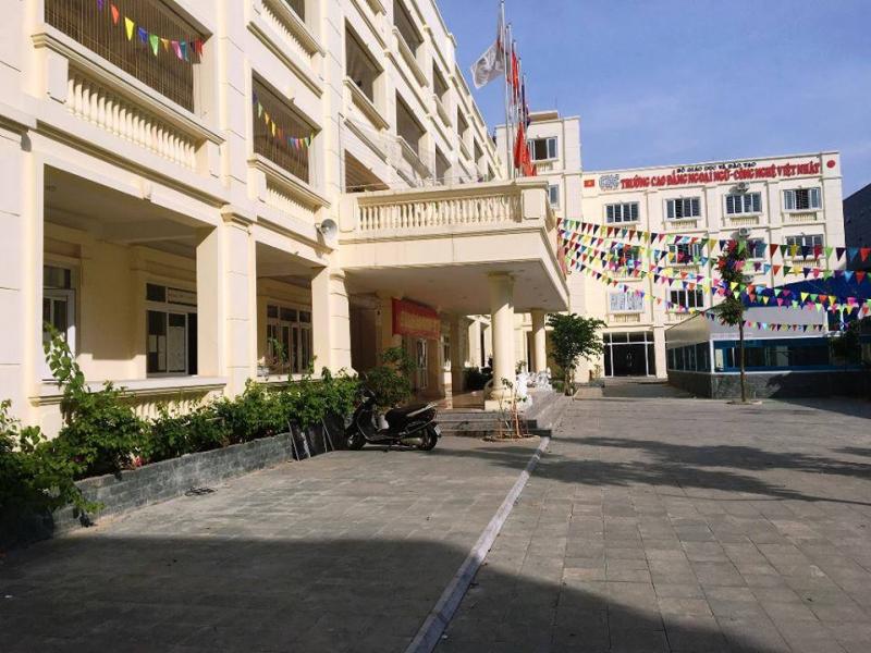 Trường cao đẳng ngoại ngữ công nghệ Việt - Nhật